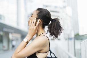 音楽を聴く日本人と黒人ミックスの女性の写真素材 [FYI04686884]
