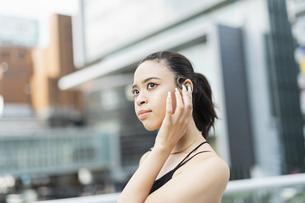 音楽を聴く日本人と黒人ミックスの女性の写真素材 [FYI04686885]
