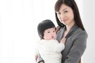 母親と赤ちゃんの写真素材 [FYI04686945]