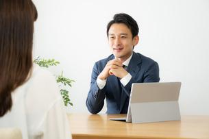打ち合わせをするビジネスマンの写真素材 [FYI04687112]