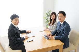 打ち合わせをするビジネスマンとビジネスウーマンの写真素材 [FYI04687135]