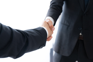 握手するビジネスマンの写真素材 [FYI04687157]