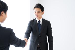 握手するビジネスマンの写真素材 [FYI04687160]