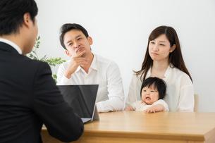 打ち合わせをするビジネスマンと家族の写真素材 [FYI04687298]