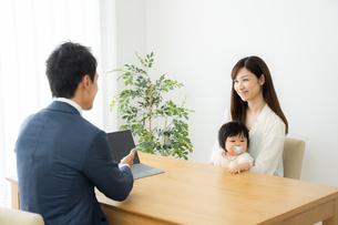打ち合わせをするビジネスマンと親子の写真素材 [FYI04687309]