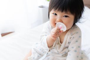 赤ちゃんの写真素材 [FYI04687435]