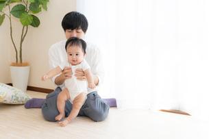 父親と赤ちゃんの写真素材 [FYI04687547]