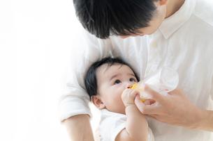 父親と赤ちゃんの写真素材 [FYI04687550]