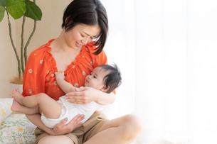 母親と赤ちゃんの写真素材 [FYI04687593]