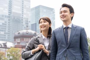 日本人ビジネスマンとビジネスウーマンの写真素材 [FYI04687758]