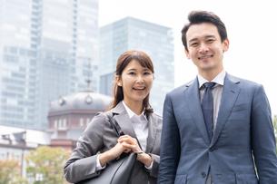 日本人ビジネスマンとビジネスウーマンの写真素材 [FYI04687759]