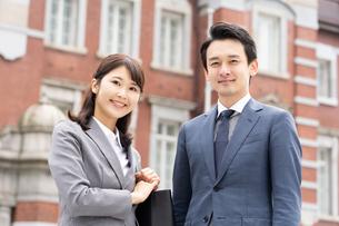 日本人ビジネスマンとビジネスウーマンの写真素材 [FYI04687760]