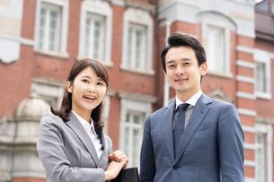 日本人ビジネスマンとビジネスウーマンの写真素材 [FYI04687761]