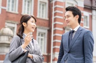 日本人ビジネスマンとビジネスウーマンの写真素材 [FYI04687762]