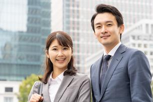 日本人ビジネスマンとビジネスウーマンの写真素材 [FYI04687764]
