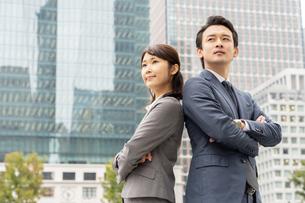 日本人ビジネスマンとビジネスウーマンの写真素材 [FYI04687772]