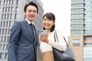 日本人ビジネスマンとビジネスウーマンの写真素材 [FYI04687788]