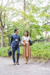 日本人ビジネスマンとビジネスウーマンの写真素材 [FYI04687799]