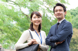 日本人ビジネスマンとビジネスウーマンの写真素材 [FYI04687916]