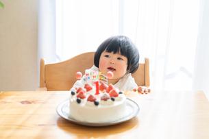 赤ちゃんと誕生日ケーキの写真素材 [FYI04687985]