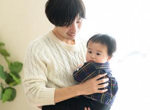 父親と赤ちゃんの写真素材 [FYI04688016]