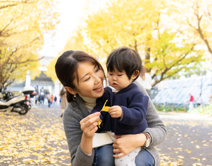 日本人親子の写真素材 [FYI04688079]