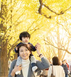 日本人親子の写真素材 [FYI04688083]