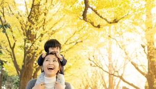 日本人親子の写真素材 [FYI04688088]