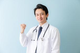 日本人男性医師の写真素材 [FYI04688256]