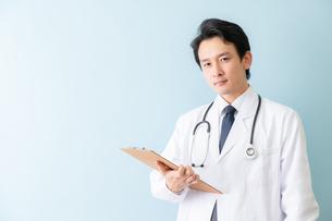 日本人男性医師の写真素材 [FYI04688279]