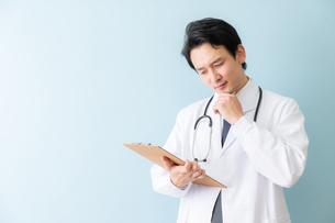 日本人男性医師の写真素材 [FYI04688283]