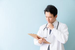日本人男性医師の写真素材 [FYI04688284]
