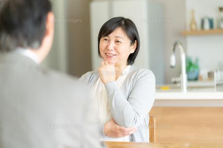 ビジネスマンとシニア女性の写真素材 [FYI04688439]