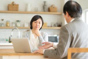 ビジネスマンとシニア女性の写真素材 [FYI04688477]
