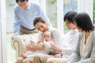 日本人3世代家族の写真素材 [FYI04688683]
