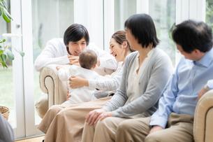 日本人3世代家族の写真素材 [FYI04688690]