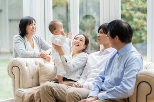 日本人3世代家族の写真素材 [FYI04688697]