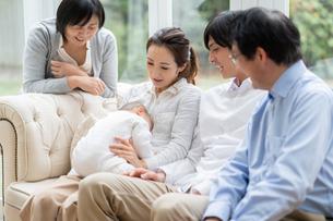 日本人3世代家族の写真素材 [FYI04688715]