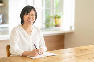 日本人シニア女性の写真素材 [FYI04688835]