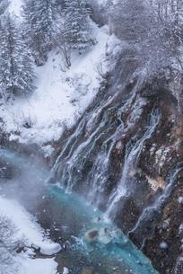 雪の「白髭の滝」の写真素材 [FYI04689002]
