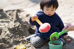 砂場で遊ぶ子供の写真素材 [FYI04689047]