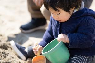 砂場で遊ぶ子供の写真素材 [FYI04689048]