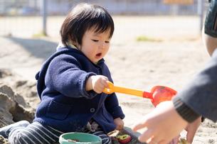 砂場で遊ぶ子供の写真素材 [FYI04689049]