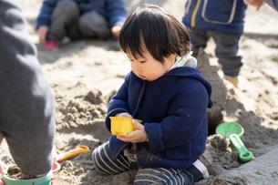 砂場で遊ぶ子供の写真素材 [FYI04689050]