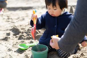 砂場で遊ぶ子供の写真素材 [FYI04689051]