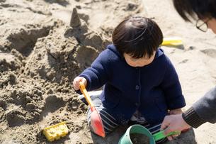 砂場で遊ぶ子供の写真素材 [FYI04689052]