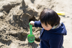 砂場で遊ぶ子供の写真素材 [FYI04689053]