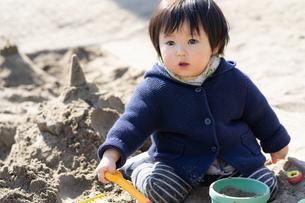 砂場で遊ぶ子供の写真素材 [FYI04689054]