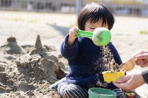 砂場で遊ぶ子供の写真素材 [FYI04689055]
