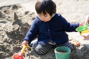 砂場で遊ぶ子供の写真素材 [FYI04689056]